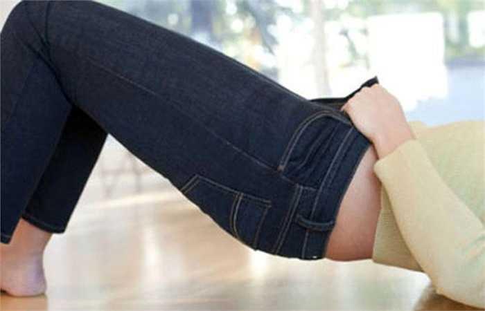 Quần áo quá chật sẽ làm nhiệt độ cơ thể tăng và giảm mức độ serotonin, gây rối loạn chu kỳ giấc ngủ. Ngoài ra, quần áo sẽ cản trở sự bay hơi của mồ hôi, khiến da khó hô hấp, không tốt cho vòng tuần hoàn máu.