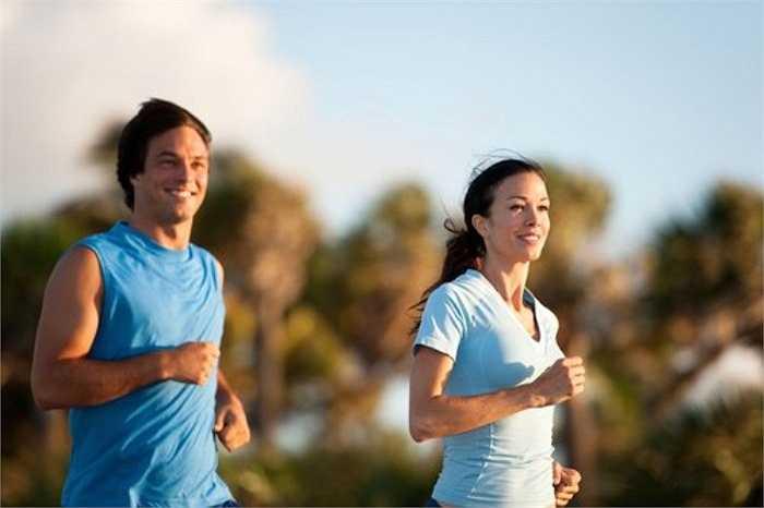 Tập thể dục đều đặn và trước 21h có thể giúp điều trị chứng mất ngủ và giúp bạn ngủ ngon. Tuy nhiên, vận động lâu hoặc với cường độ cao vào ban đêm sẽ khiến não rơi vào trạng thái hưng phấn, ảnh hưởng đến chất lượng giấc ngủ.