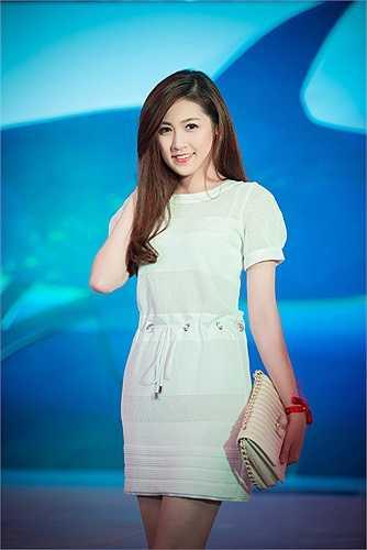 Diện một bộ đồ trắng đơn giản, nhưng Tú Anh vẫn đủ quyến rũ lôi cuốn mọi ánh nhìn.