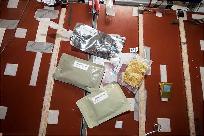 Do ở môi trường không trọng lượng nên đồ ăn cũng như thức uống của phi hành gia đều được đóng gói cẩn thận