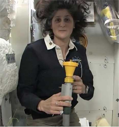 Nếu muốn đi tiểu, phi hành gia phải sử dụng ống hút chuyên dụng này