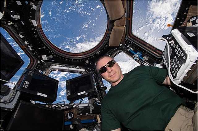 Trên trạm ISS có một nơi gọi là Cupola, ở trong khu vực này phi hành gia có thể nhìn về trái đất. Nhưng nếu là thời điểm ban ngày họ sẽ phải đeo kính bảo vệ mắt nhằm tránh ảnh hưởng từ ánh nắng mặt trời.