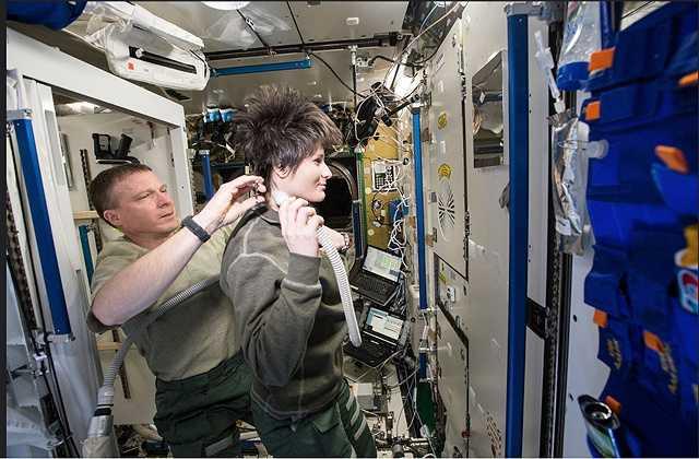Việc cắt tóc cũng không đơn giản, khi phải sử dụng tới máy hút để hút vụn tóc, bởi nếu để chúng bay lung tung sẽ có khả năng gây hư hại cho các thiết bị khác ở trong trạm.
