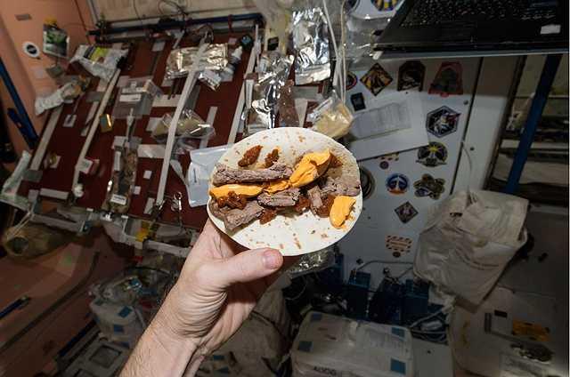 Một chiếc bánh burger trên trạm ISS, trông chúng kém hấp dẫn hơn nhiều so với ở dưới mặt đất.