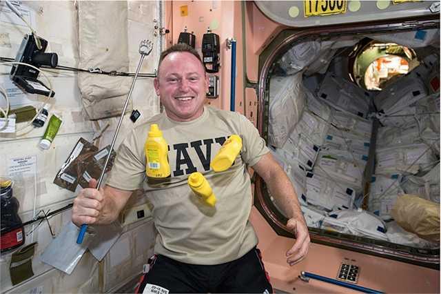 Các phi hành gia trên ISS đến từ các quốc gia khác nhau, chính vì vậy thực phẩm tại đây cũng có nhiều loại đặc trưng tại đất nước họ.
