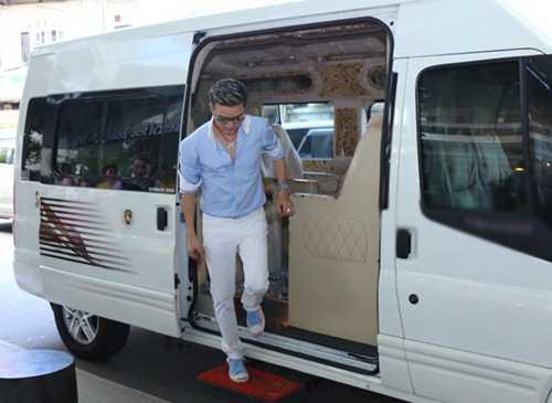 """Mr Đàm khoe với công chúng chiếc xe rộng rãi có nội thất như một căn phòng cao cấp mà các sao Hollywood thường sử dụng. Được biết, chiếc xe Đàm Vĩnh Hưng mới """"tậu"""" là chiếc Transit DCar Limited phiên bản 2014. Dòng Transit DCar Limited phiên bản 2014 được trang bị nội thất như những chiếc Limousine. Cửa xe khi bước vào cũng được thiết kế mở tự động. Ghế thiết kế rộng rãi, thoải mái và được bọc da cao cấp, sang trọng. Toàn bộ các chi tiết ốp gỗ đều được dùng vân gỗ đắt tiền thường được dùng trên các dòng xe của Bentley."""