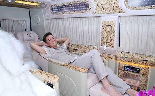 Mr Đàm như một ông hoàng thực thụ trong căn phòng cao cấp ở trên chiếc xe mỗi lần đi lưu diễn của mình.