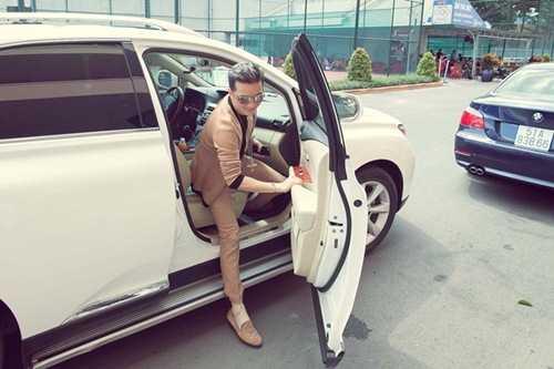 Đàm Vĩnh Hưng từng xuất hiện cùng chiếc xế hộp của Lexus màu trắng sữa trị giá gần 3 tỷ đồng và cây hàng hiệu trên người trị giá 400 triệu đồng.