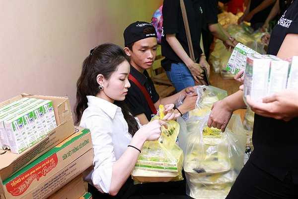 Chính vì vậy, Thủy Top đã cùng các bạn chọn cách nấu cơm và mua sữa đi phát xuyên đêm trên các tuyến đường trong khu vực thành phố Hồ Chí Minh.