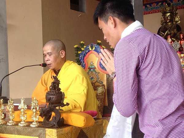Thượng tọa Thích Minh Trí, trụ trì chùa Long Quang làm chủ trì buổi lễ cho tiền đạo đang khoác áo CLB Bình Dương.
