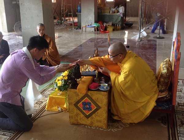 Trước đó, cũng tại chùa này, Thủy Tiên, vợ Công Vinh, đã làm lễ quy y. Như vậy, đôi vợ chồng nổi tiếng Công Vinh - Thủy Tiên đều chọn cửa Phật, phái Mật Tông làm nơi tu hành.