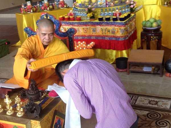 Ngay sau buổi lễ, tiền đạo người Nghệ An đã nghe thượng tọa Thích Minh Trí giảng kinh dược sư.
