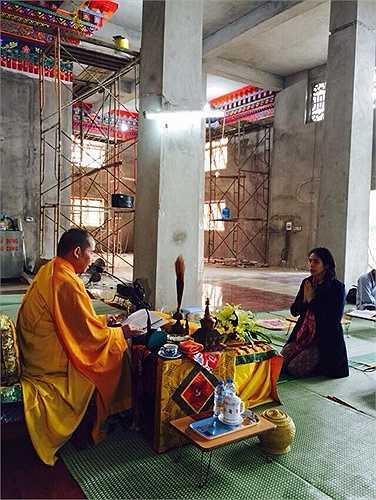 Vợ chồng tiền đạo Công Vinh - Thủy Tiên hướng theo đạo Phật từ lâu. Trong đám cưới của mình, cả hai dành một ngày để làm lễ tại chùa ở Kiên Giang và sau đó đãi tiệc chay.