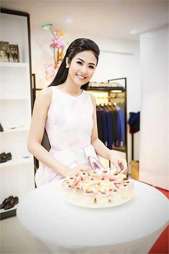 Tối qua (20/4), Ngọc Hân đã tổ chức lễ khai trương cửa hàng thời trang do cô và em trai cùng mở tại TP.HCM.