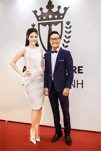 Hoa hậu Việt Nam 2010 diện một chiếc đầm ôm sát với thiết kế khá độc đáo.
