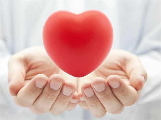 Giúp tim khỏe mạnh: Chất crom, vitamin B6 và lưu huỳnh có trong hành làm giảm triglyceride và cholesterol xấu, tăng cholesterol tốt nên nó rất tốt cho người bị huyết áp, giảm rủi ro liên quan đến nhồi máu cơ tim và đột quỵ.
