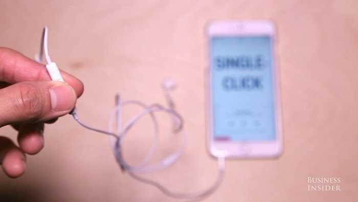 Đầu tiên, bạn có thể bấm nút giữa 1 lần để Play bản nhạc đang nghe trong trình nghe nhạc