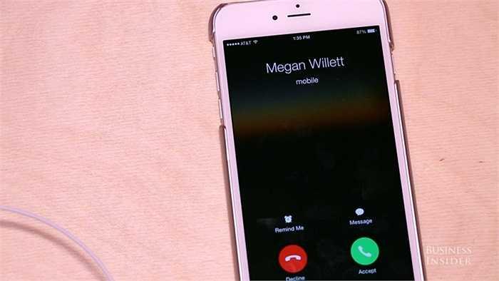 Khi có cuộc gọi đến, hãy bấm nút giữa 1 lần để trả lời mà không cần cầm tới điện thoại