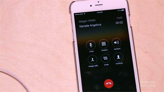 Nếu trong khi nghe điện thoại và có thêm một cuộc gọi đến, bạn có thể bấm nút giữa 1 lần để có thể chuyển sang cuộc gọi mới và để cuộc gọi cũ ở chế độ HOLD