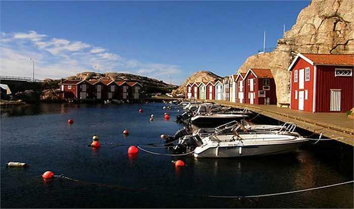Thị trấn ven biển của Thụy Điển này có một không khí làng chài thật bình dị. Ngôi làng này được đánh giá là một trong những thị trấn mùa hè sôi động nhất ở bờ biển phía tây Thụy Điển.Thực chất, Smögen gồm nhiều hòn đảo nằm sát nhau, nhưng giờ đây có cảm giác khoảng cách giữa các đảo đã xích lại gần hơn, bởi dân cư đông đúc và sống trải đều trên khắp diện tích.