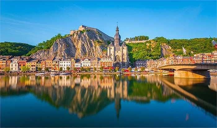 Dinant là một thị trấn nhỏ nằm trên sông Meuse sát dãy núi cao thuộc tỉnh Namur của Bỉ. Được biết đến với kiến trúc nổi bật với pháo đài trên một ngọn đồi, chắc chắn bạn sẽ muốn dừng lại ở một trong những quán cà phê địa phương trong khi chiêm ngưỡng khung cảnh này.