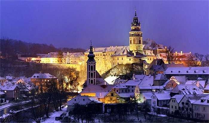 Cesky Krumlov là thị trấn nằm ở khu vực nam Bohemiancủa Cộng hòa Czech. Nơi đây nổi tiếng với kiến trúc đẹp, lịch sử lâu đời và tòa lâu đài Cesky Krumlov, một trong những di sản thế giới đã được Unesco công nhận. Những đường phố hẹp quanh co ở đây sẽ làm cho bạn cảm thấy như bạn được đưa trở lại quá khứ.