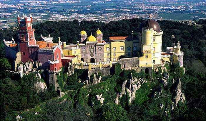Sintra được coi là viên ngọc về kiến trúc của Bồ Đào Nha không chỉ bởi khung cảnh thiên nhiên lãng mạn, những khu vườn xinh đẹp, những cánh rừng cổ thụ trải dài triền đồi mà còn là nơi tọa lạc của rất nhiều lâu đài, cung điện và các tu viện cổ xưa tuyệt đẹp.