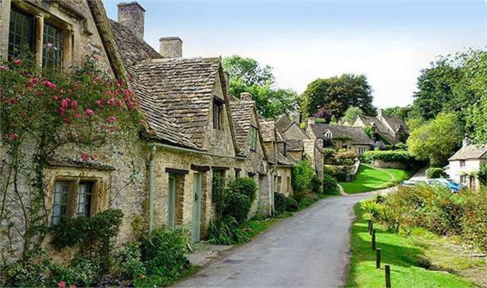 Bibury là một ngôi làng nhỏ ở vùng Cotswold và nằm yên bình bên dòng sông Coln thơ mộng, được mệnh danh là ngôi làng đẹp nhất nước Anh và vẻ đẹp của nó đã được chính phủ Anh in lên mặt trong của tấm hộ chiếu cho công dân nước này.
