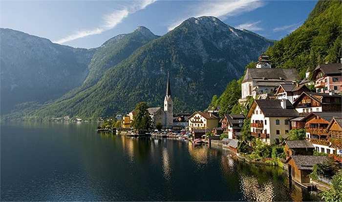Nằm nép trên cao trong dãy núi Alps, thị trấn khai thác muối Halstatt là một trong những khu định cư lâu đời nhất của Áo. Hallstatt với dân số khoảng 1.000 người, nằm bên bờ hồ Hallstätter See, có cảnh sắc thiên nhiên thơ mộng. Đến đây, du khách có thể thăm vựa muối đầu tiên của thế giới, trượt tuyết và thăm động Dachstein.