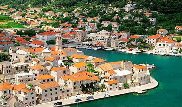 Với các kiến trúc bằng đá trắng làm lấp cả một góc trời, đường bờ biển và bãi biển, thị trấn Pucisca của Croatia là nguyên sơ nhất ở châu Âu.