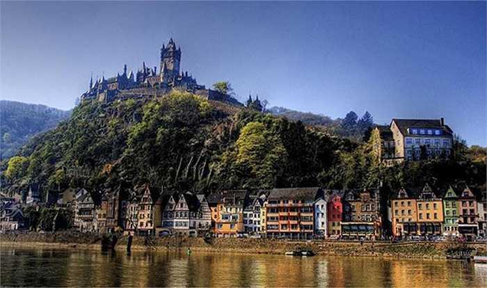 Thị trấn Cochem là vùng đẹp nhất ở thung lũng Moselle, phía tây nam của Đức. Cảnh sắc ở thị trấn này rất đẹp, không chỉ bởi những con đường nhỏ hẹp, những ngôi nhà gỗ xinh xắn, mà còn rất ấn tượng với những cổng thành, nhà thờ, bức tường từ thời trung cổ.