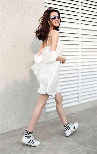 Trong một bộ ảnh thời trang đường phố khác, người đẹp vừa trẻ trung, năng động, vừa nhẹ nhõm, thanh thoát với váy 2 dây và áo khoác ngoài đồng tông trắng.