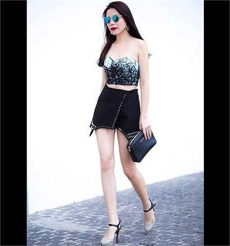 Thiết kế áo cúp ngực và váy ngắn tôn lên cặp chân dài và vòng eo nhỏ xíu của Kiwi Ngô Mai Trang dù vào thời điểm đó, cô đang mang bầu 5 tháng.