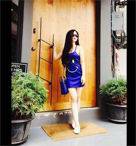 Nữ ca sỹ 9x sexy Hương Tràm xuống phố với váy 2 dây in họa tiết mặt cười.