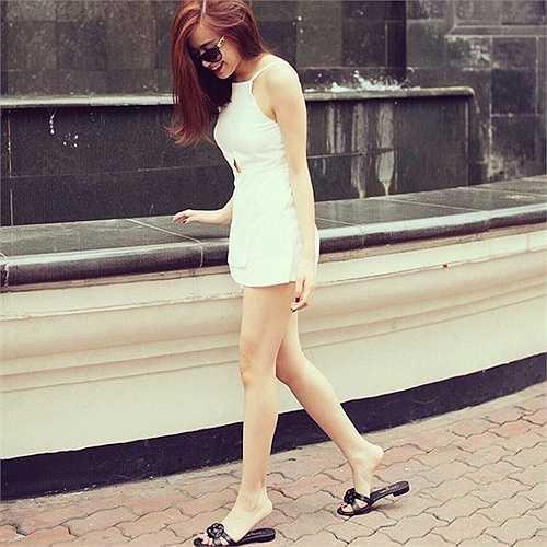 Người đẹp nhẹ nhõm, tươi trẻ với váy 2 dây trắng trong một bức ảnh khác.