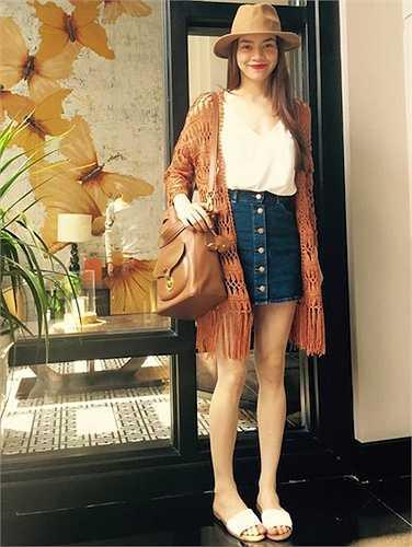 'Cây' áo 2 dây, váy jeans ngắn và cardigan móc mà Hà Hồ diện mới đây là một gợi ý hoàn hảo cho ngày hè.