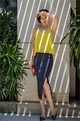 Nữ diễn viên Lan Phương hở ý nhị với áo 2 dây vàng và chân váy bút chì xẻ tà cao.  (Nguồn: 24h)