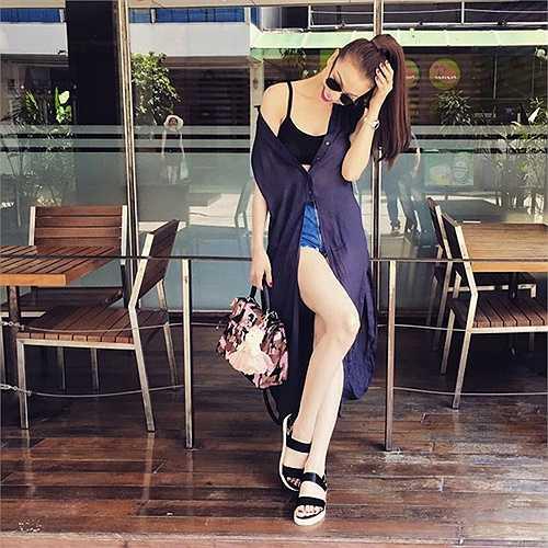 Trà Ngọc Hằng vừa sexy, vừa sành điệu với áo hở eo, sooc ngắn và sơ mi dáng dài khoác ngoài trễ nải.
