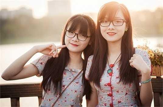 Lương Thủy Thu (phải) và Lương Thu Thủy (sinh ngày 7/1/1995) là cặp song sinh xứ Nghệ không chỉ xinh xắn, đáng yêu mà còn có thành tích học tập đáng nể. Hai chị em là cựu học sinh trường THPT chuyên Phan Bội Châu.