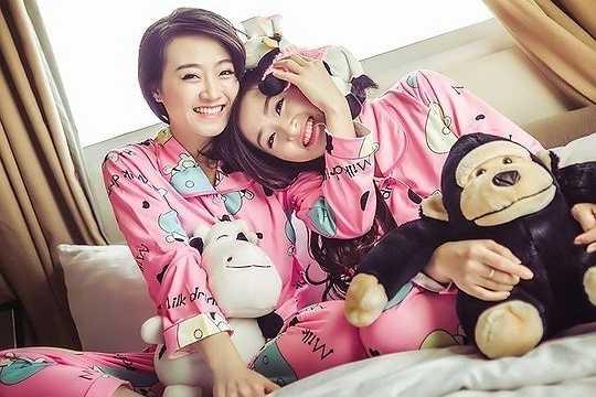 Vân Trà và Vân Trang (SN 1990) tốt nghiệp ĐH Công Đoàn và hiện đang làm kế toán cho một công ty ở Hà Nội. Ngoài ra, 2 chị em còn tham gia các hoạt động của vũ đoàn Hera.