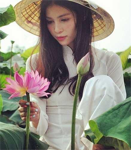 Hai chị em Đặng Mỹ Hương và Đặng Mỹ Linh (SN 1990) sinh ra, lớn lên ở Hà Nội trong một gia đình bố mẹ đều là người Việt, thế nhưng nhiều người lại nhìn thấy ở 2 thiếu nữ Hà thành này một vẻ đẹp 'lai' Tây.