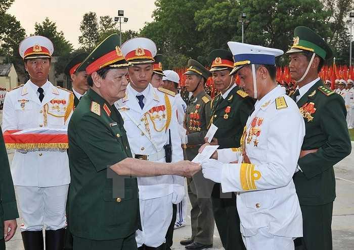 Thượng tướng Nguyễn Thành Cung, Ủy viên Trung ương Đảng, Thứ trưởng Bộ Quốc phòng thăm và tặng quà các đơn vị sau buổi hợp luyện. (Ảnh: Trọng Đức/TTXVN)