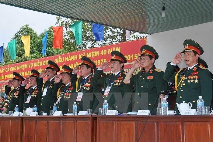 Các đồng chí lãnh đạo Bộ Quốc phòng dự và kiểm tra buổi hợp luyện. (Ảnh: Trọng Đức/TTXVN)