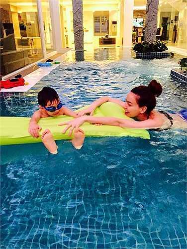 Hồ Ngọc Hà chia sẻ những hình ảnh nô đùa cùng Su Beo trong bể bơi.