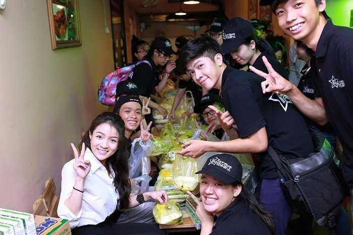 Thủy Top cùng nhóm tình nguyện đi phát thức ăn cho người nghèo.