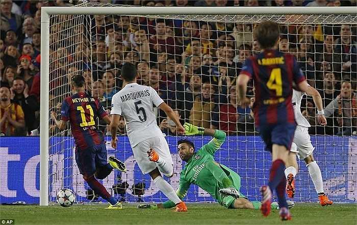 Thế nên, khi mà hàng công PSG im tiếng, hàng thủ ngay lập tức phải trải qua cuộc bắn phá mà Neymar là người khởi xướng
