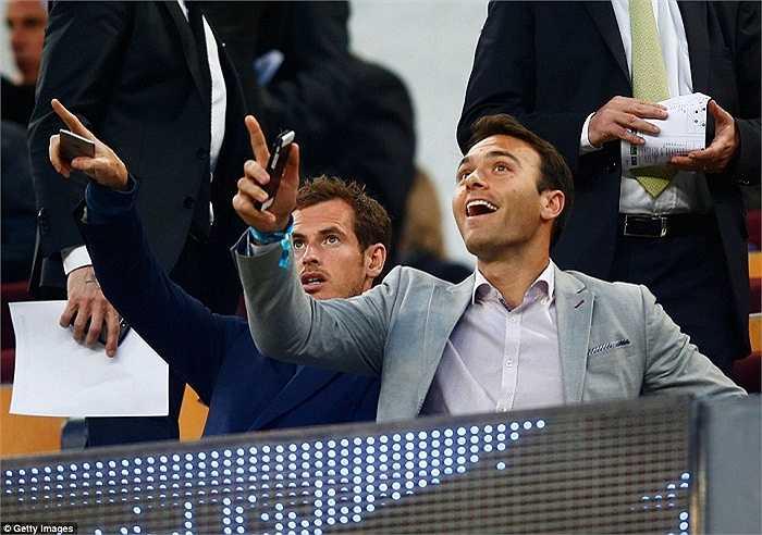Trên khán đài, Andy Murray ngồi theo dõi trận đấu