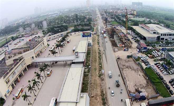 Theo thiết kế, tuyến buýt nhanh sẽ chạy dọc theo đường Giảng Võ, Láng Hạ, Lê Văn Lương kéo dài, Lê Trọng Tấn, Quang Trung và điểm cuối là bến xe Yên Nghĩa (Hà Đông). Dự án có tổng đầu tư khoảng 1.000 tỷ đồng (49 triệu USD).