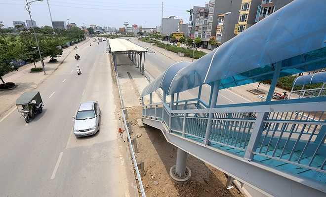 Nhà chờ của tuyến buýt nhanh được thiết kế hiện đại, nằm ở giữa giải phân cách trên các tuyến đường đang dần được hoàn thiện.