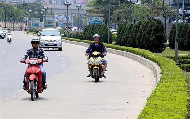Hơn 3 km mặt đường nhựa trên toàn tuyến không đảm bảo yêu cầu đã được lột bỏ và thay thế bằng bê tông. Đoạn đường bê tông dài nhất tập trung trên phố Lê Văn Lương, còn lại nằm rải rác tại các nhà chờ, điểm dừng đỗ.